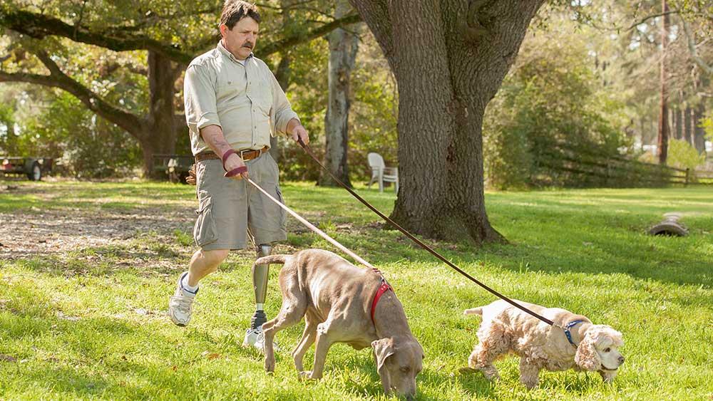 C-Leg man met hond
